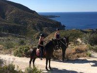 Dos chicas a caballo en Ibiza