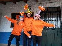 Monitor con palloncini in testa a Malaga