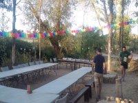 Preparazione della festa nel campo
