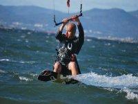 profesional del kitesurf en la manga