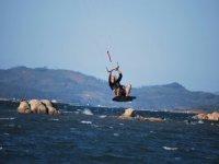 disfrutando del kitesurf