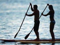 Navegando en las tranquilas aguas de Benicassim en un paddle surf