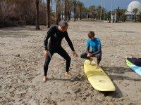 Actividad de surf en las playas de Benicassim