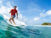 Surfista por las playas de Benicassim