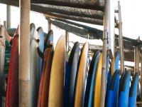Tablas de surf listas para actividad en Benicasim