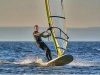Practicando windsurf en la playa de Benicassim