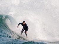 Surfista sobre una ola de Benicassim