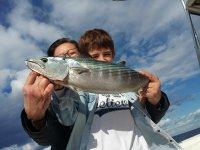 Joven pescador en el barco