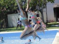 Chicas saltando a la piscina