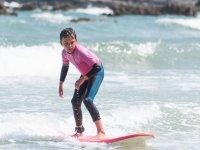 Participante del campamento haciendo surf