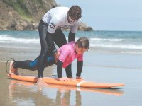 Trabajando la posicion con el alumno de surf