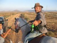 Ofreciendo refrescos durante la ruta hipica Fuerteventura