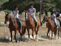 设施中骑马的学生