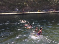 Sujetando una cuerda en el agua