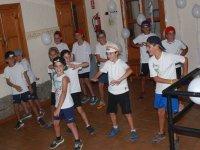 Chicos bailando en el campamento