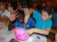 Taller de cocina en el campamento infantil