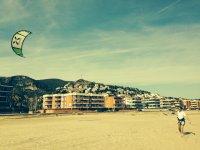 在海滩上排练控制风筝风筝