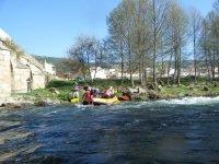 Embarcacion de rafting en la ribera en Salamanca