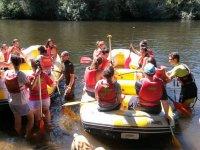Metiendo las balsas en el agua en Salamanca
