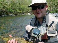 hombre ensenando un pez que ha pescado