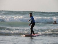 Joven surfista en Cantabria