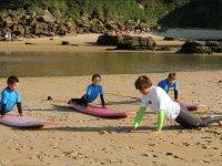 Leccion de surf infantil en la arena
