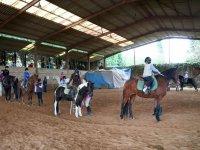 Subiendo a caballo en la pista de Deva