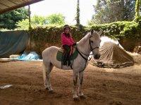 Amazona aprendiendo a montar en Deva