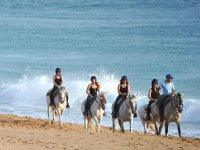 Paseando a caballo por la playa en Cadiz