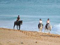 Paseo ecuestre por la playa gaditana