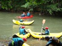 Navegando en canoa raft