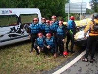 Practicando rafting con los companeros
