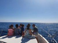Familia en el catamarán paseando en las playas de Almería