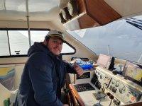 Tripulación en el interior del catamarán
