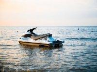 水上摩托车在海滩上的日落