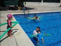 ninos jugando en la piscina.jpg