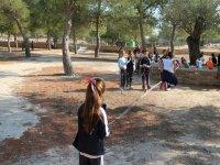 ninos jugando entre los arboles