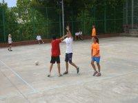 chicos jugando al futbol en un patio