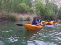 chicos navegando en piragua