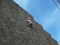 nina escalando una pared rocodromo