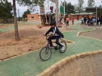 nino montando en bicicleta