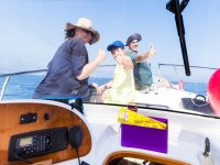 Familia en la proa del barco