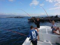 Niños pescando en el barco