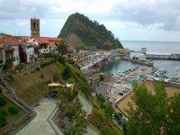 pueblo y puerto desde las alturas