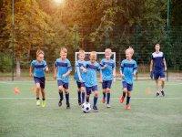 Allenamento studenti del campo di calcio