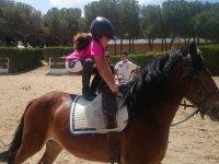 De pie en el caballo en el campamento de Madrid