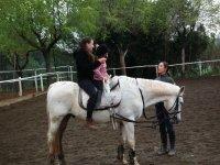 Con la peque en el caballo blanco