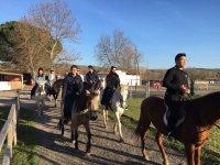 Saliendo de la finca a caballo