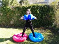 Chica con guantes para boxear enormes