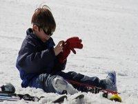 nino sentado en la nieve